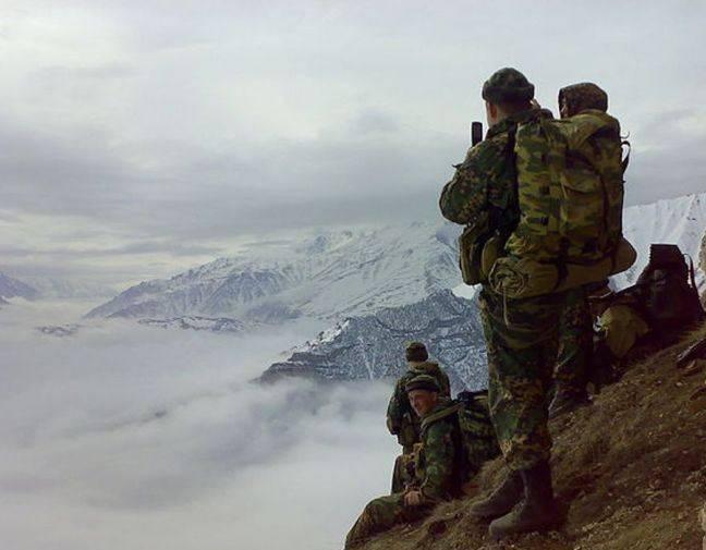 Российские спецназовцы поднимаются в горы