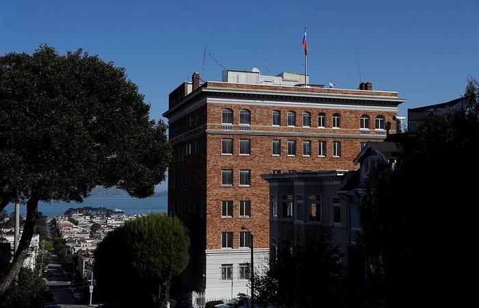 सैन फ्रांसिस्को में रूसी वाणिज्य दूतावास से हटाए गए झंडे को वाशिंगटन लौटाता है