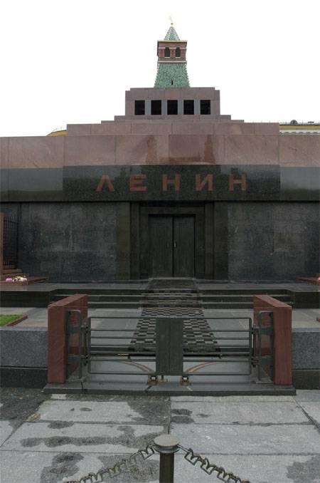 自由民主党の代理:レーニンとスターリンの両方を再建する必要があります。