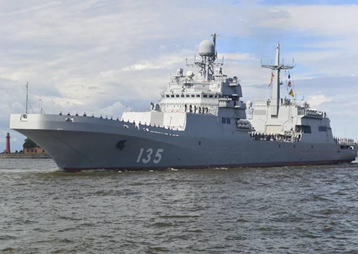 """Новый БДК """"Иван Грен""""  провел стрельбы в Балтийском море"""
