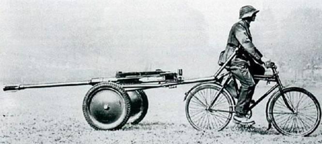Швейцарский велосипедист транспортирует легкую противотанковую пушку. Вторая мировая война