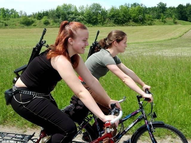 Шейцарские девушки едут на велосипедах на стрельбы