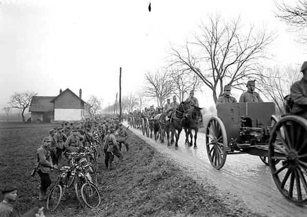 Швейцарские самокатчики уступают дорогу артиллерийской колонне. Первая мировая война