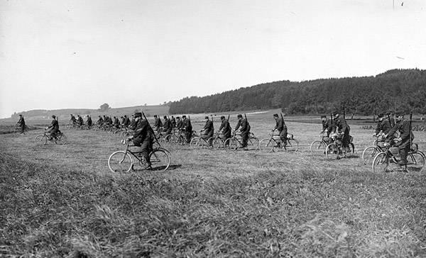 İsviçreli scooter şirketi ön hareketli. Birinci Dünya Savaşı