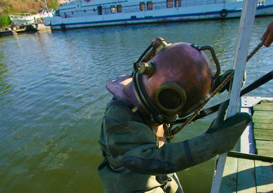 Pacific Fleet divers set a record for the depth of immersion