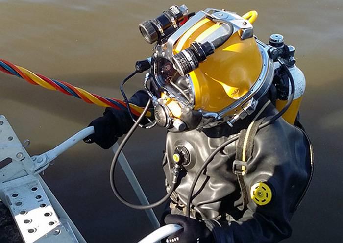 Des plongeurs de ZVO vont soulever un bombardier allemand depuis le bas de Ladoga