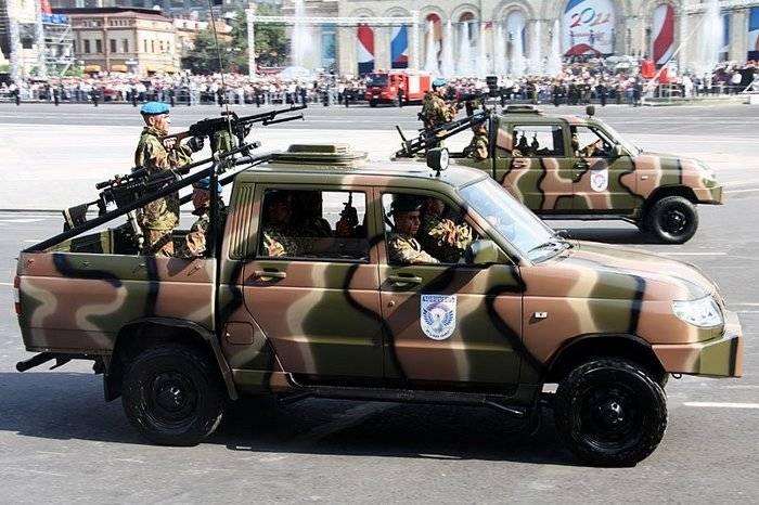 Nova picape UAZ Patriot com metralhadoras e lançadores de granadas chegou à ZVO
