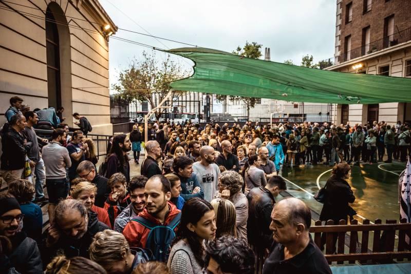 Испанская полиция применяет силу при освобождении школ от активистов в Каталонии