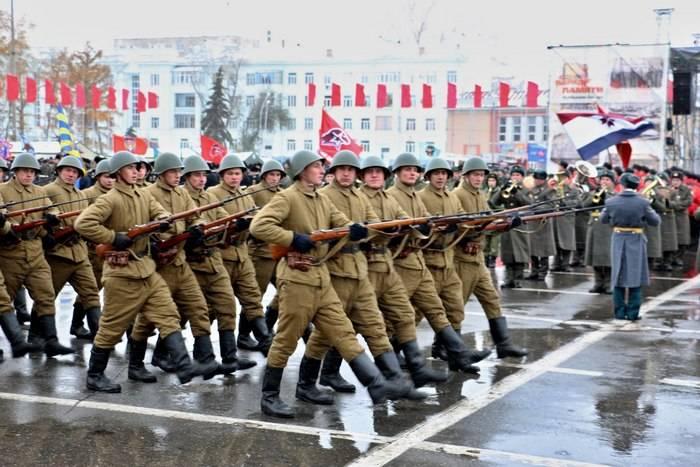 Os militares realizaram o primeiro ensaio do desfile da memória em Samara em equipamentos do Exército Vermelho