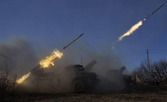우크라이나의 무장 세력은 Grad MLRS에서 도네츠크 공항 지역에서 해고되었다.