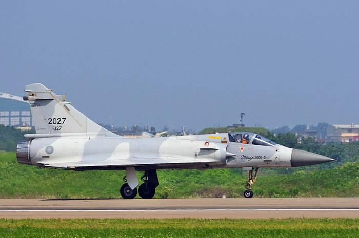 द्वीप के उत्तर में समुद्र में ताइवान वायु सेना के लड़ाकू विमान