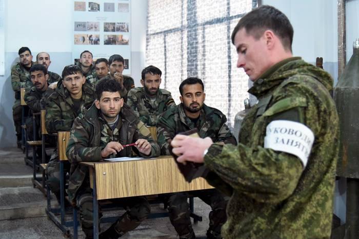 रूसी सैन्य सलाहकार सीरियाई सेना के लड़ाकों को प्रशिक्षित करते हैं