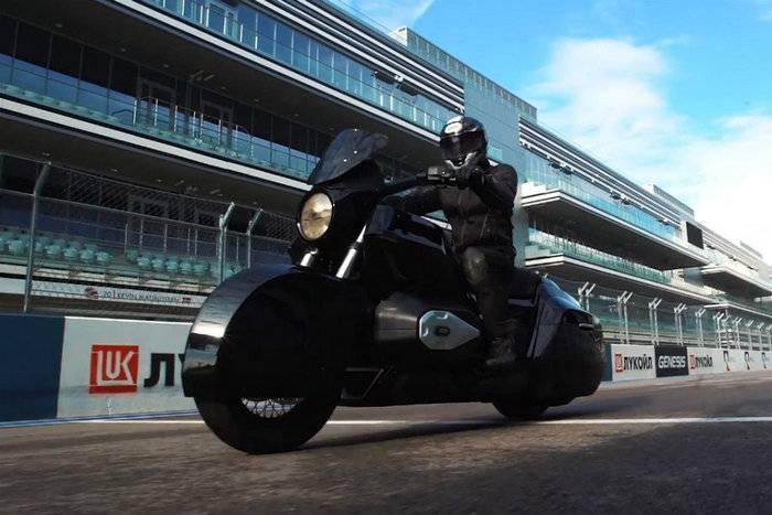 """Em Sochi, testou o protótipo de uma moto pesada """"Izh"""""""