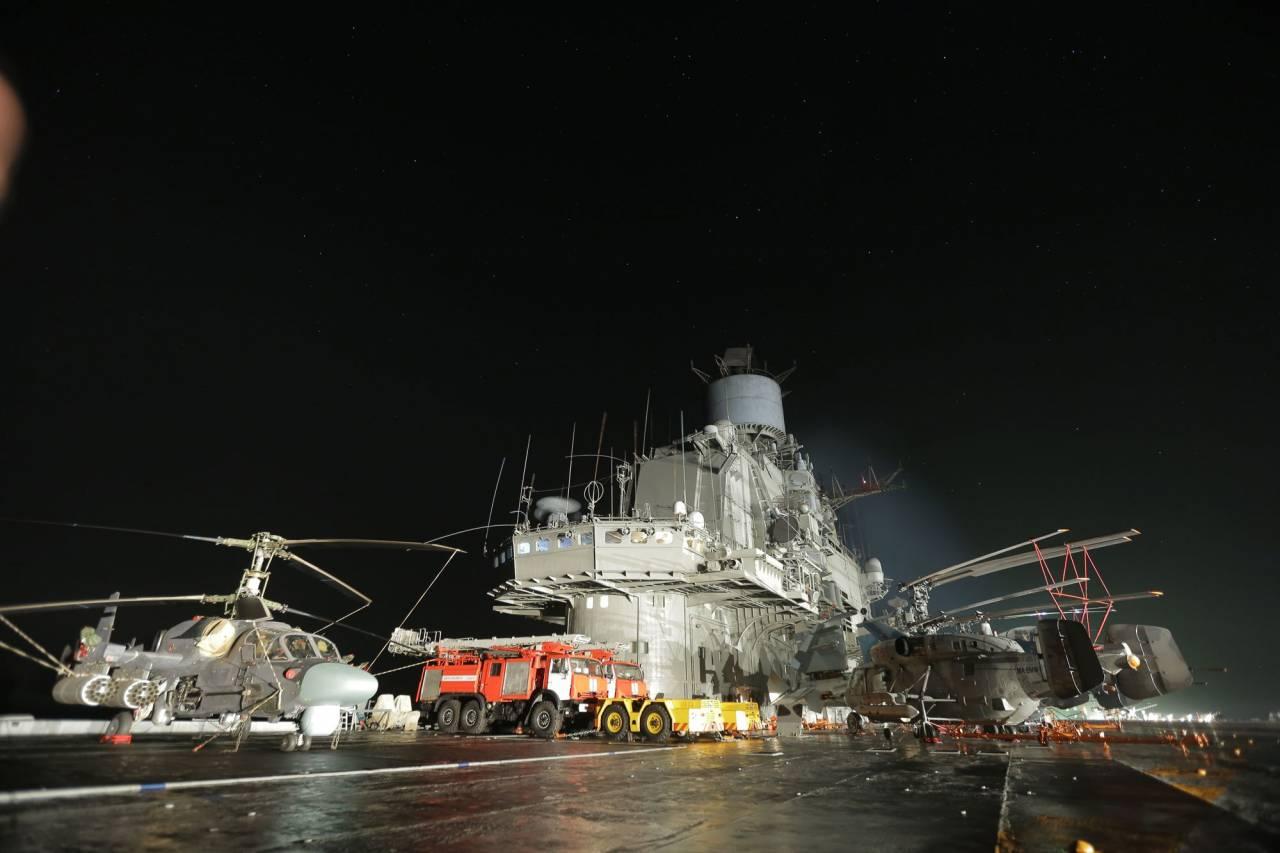 Картинки по запросу авианесущий крейсер «Адмирал Кузнецов» НОЧЬЮ