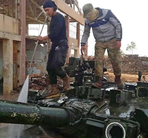 Terroristas presumidos capturados en Siria, el tanque T-90.