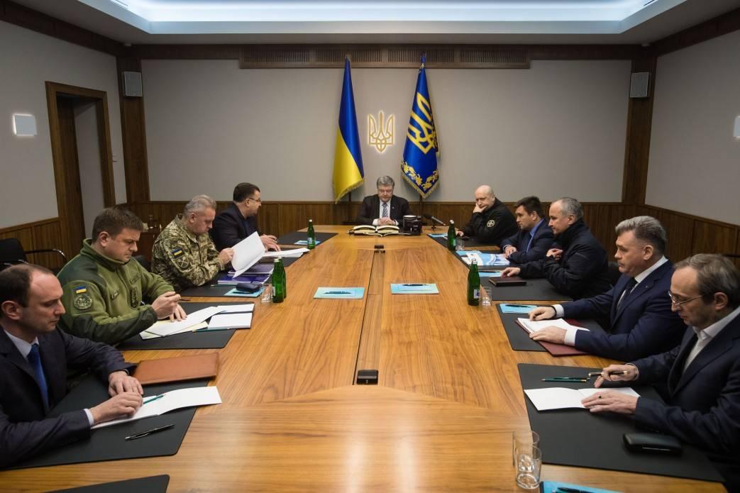 Порошенко созвал совещание СНБО после блокировки силовиками Луганска
