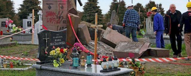 ポーランドでは、記念碑のBanderaの破片が道を開きました