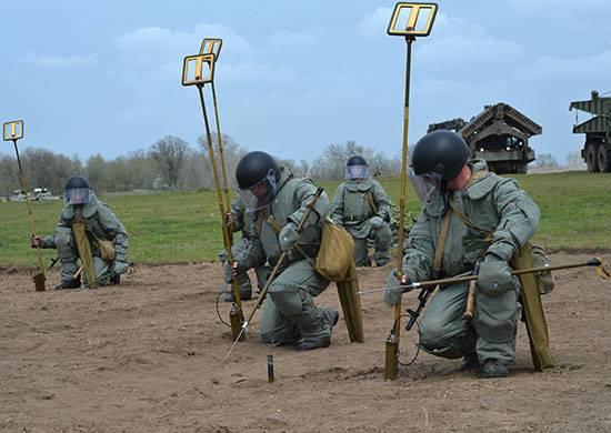 南部军区的军事工程师清除了山脉中的爆炸物