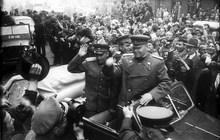 मार्शल कोनव के स्मारक प्राग में उतरे