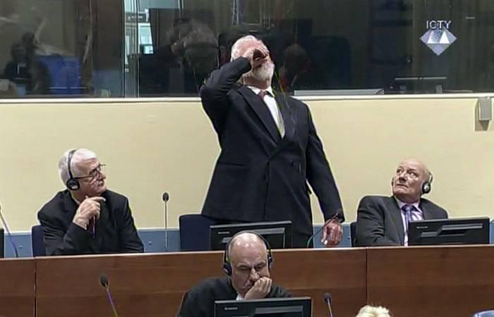 크로아티아 군대의 장군은 독을 마셨고 헤이그 재판소에서 사망했다.