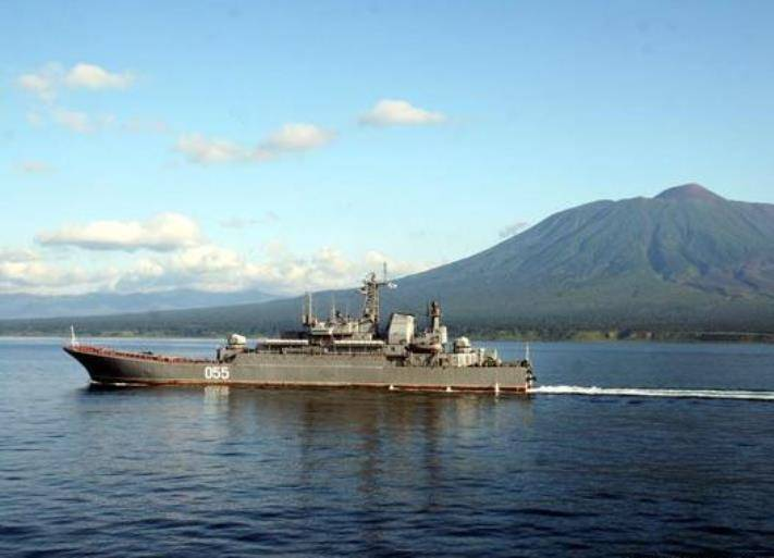 The ships of the Pacific Fleet transferred to the landfill in the Maritime Territory Marines and military equipment