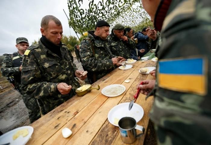 肉の代わりに酸っぱい牛乳:ウクライナの兵士たちに何を供給しているのですか?