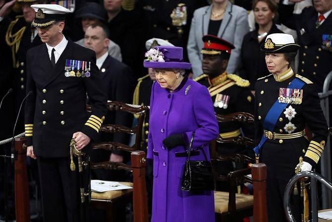महारानी एलिजाबेथ विमान वाहक पोत को आधिकारिक तौर पर ब्रिटिश नौसेना के हिस्से के रूप में स्वीकार किया गया