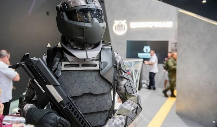 """Encuentra y destruye: las gafas electrónicas del """"Guerrero"""" se han probado con un robot de combate."""