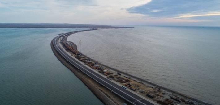 Se completa el ensamblaje de la parte del camino del puente de Crimea