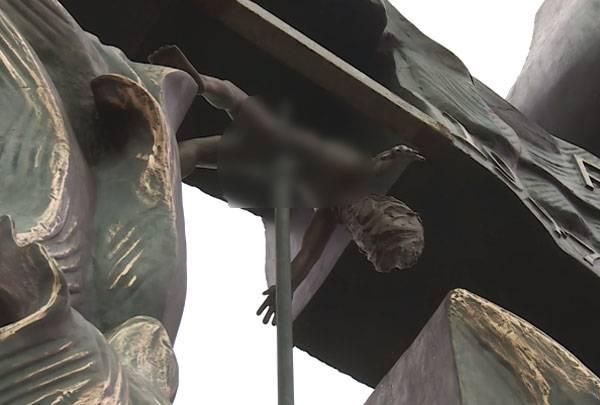 En Pologne, mettra en place un groupe de sculpteurs à la mémoire du massacre de Volhynie
