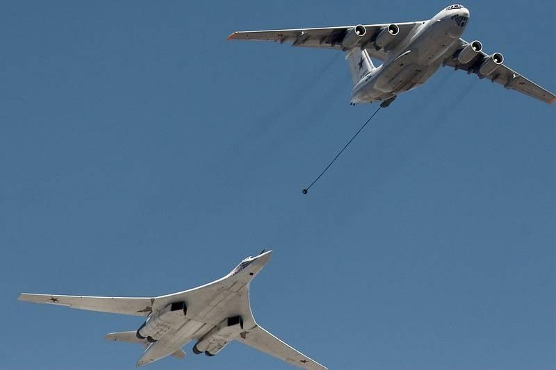 俄罗斯战略轰炸机在空中加油