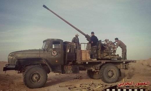 Na Síria, um raro Ural-43206 manchado com um canhão de fogo rápido