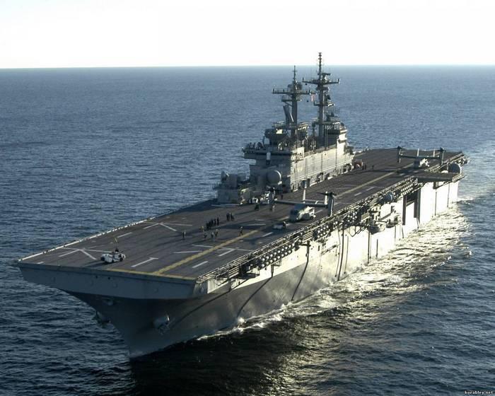 일본 F-35B 비행 중대에 대한 미국의 헬기 운반선이 도착했다.