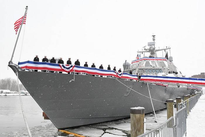 Новейший боевой корабль ВМС США застрял во льдах во время первого похода