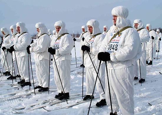 Rusya'daki 10-ti kentlerinde, Ryazan Okulu'nun 100 yıldönümü onuruna bir paraşütçü yürüyüşü başladı