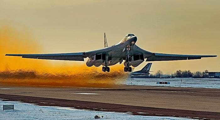 미사일 운반 대 Tu-160는 비행 시험을 시작했다.