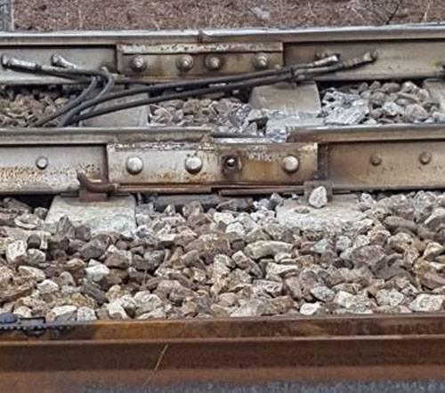 No local de um acidente de trem na Itália, foi encontrada uma violação estranha da integridade da via férrea.