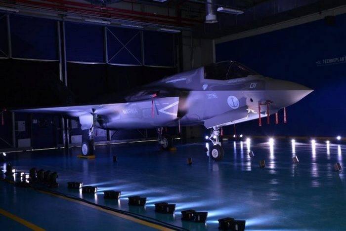 이탈리아 사람들이 미국 밖에서 조립 된 최초의 F-35B Lightning II를 선보였습니다.