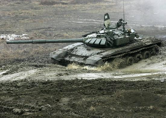 Abkhazia의 러시아 탱크 승무원들이 실사