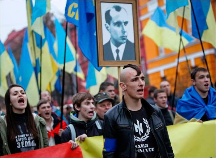 Украинские националисты хотят приравнять бандеровский флаг к государственному
