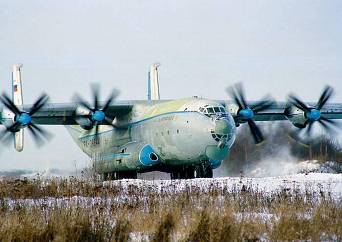 Экипажи тяжелых военно-транспортных самолетов отработали посадку на грунтовый аэродром
