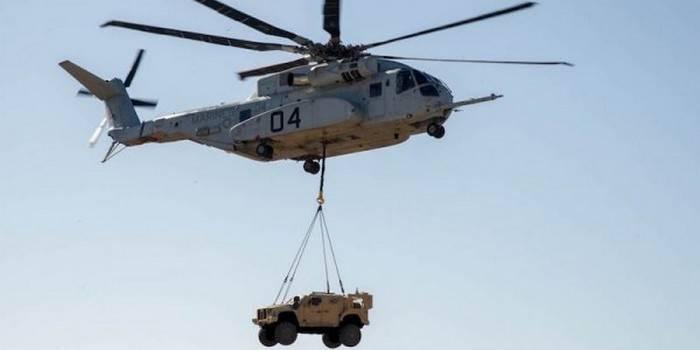 Der neueste amerikanische Hubschrauber hob zum ersten Mal das gepanzerte Fahrzeug an