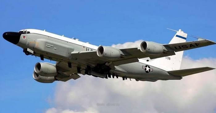 Американский самолет провел очередную разведку у границ России
