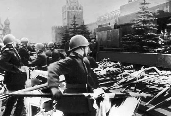 法庭推翻了今年胜利大游行1945发布照片的奇怪处罚