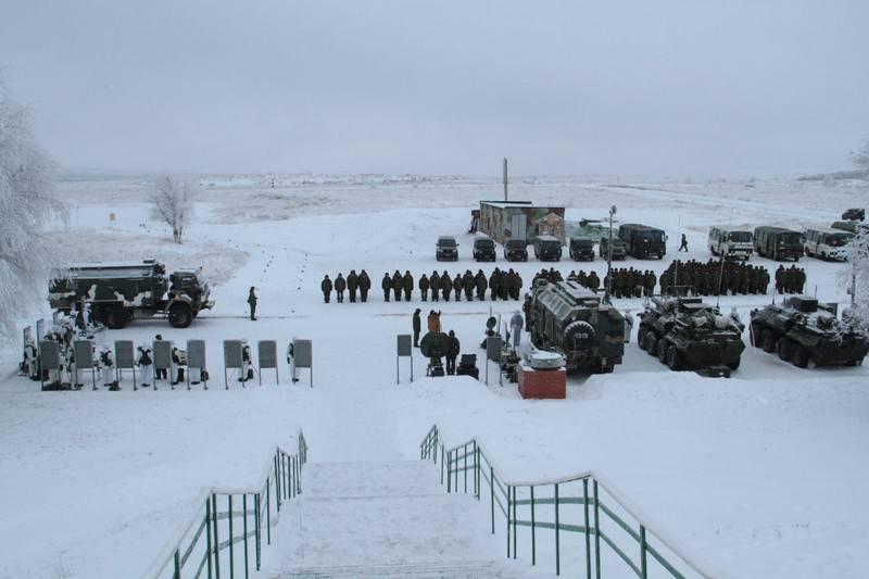 Der Kommandeur der 2-Armee hielt Offiziere im Feld