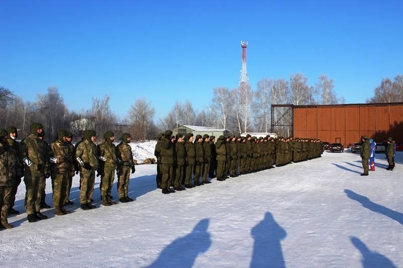 中央军区的侦察员在萨马拉州伏尔加河右岸登陆。