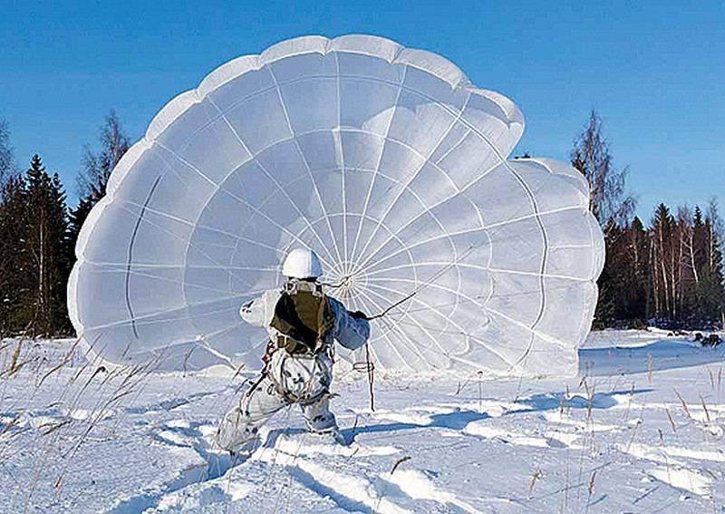 特警队开始在坦波夫地区跳伞
