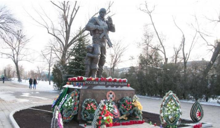В Луганске открыт памятник российским добровольцам