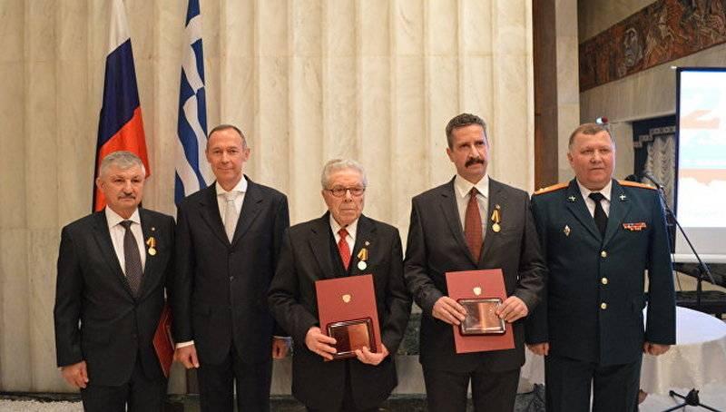 Le ministère de la Défense décerne des médailles à trois citoyens grecs