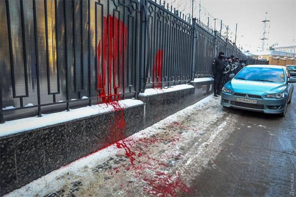 Украинские радикалы залили забор консульства РФ в Одессе красной краской